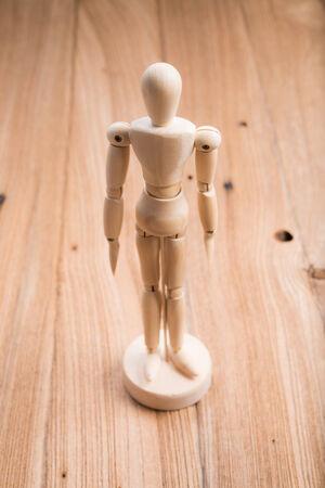 marioneta de madera: marioneta de madera en la mesa