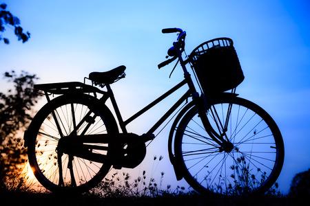 imagem bonita paisagem com a silhueta de bicicleta em tom azul