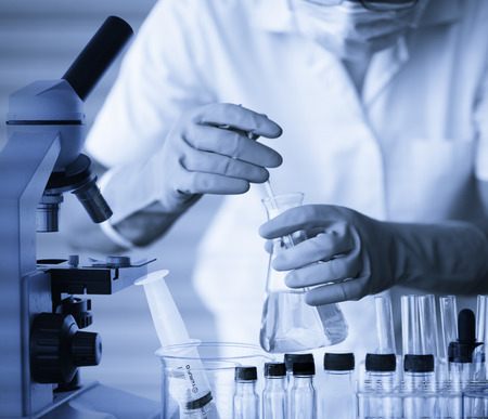cientista com equipamentos e experimentos cient