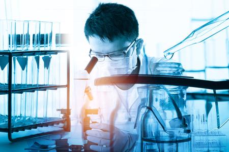 Cientista com equipamentos e ciência experimentos; efeito de iluminação do estilo do vintage