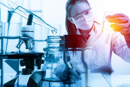 bata de laboratorio: científico con el equipo y la ciencia experimentos con estilo efecto luminoso de la vendimia Foto de archivo