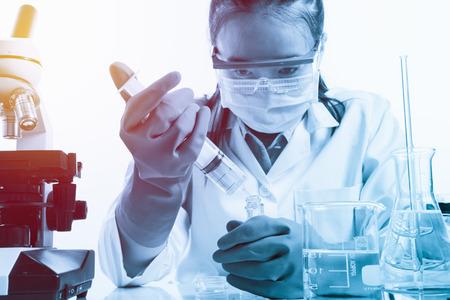 investigador cientifico: cient�fico con el equipo y la ciencia experimentos con estilo efecto luminoso de la vendimia Foto de archivo