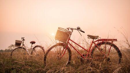imagen: bella imagen Paisaje con dos bicicletas al atardecer; estilo de filtro de la vendimia