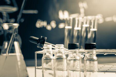 material de vidrio: Vajilla de laboratorio que contiene l�quido qu�mico, investigaci�n en ciencias