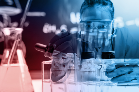 experimento: cient�fico con equipos y experimentos cient�ficos; estilo exposici�n Doble Foto de archivo