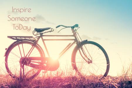 imagen: hermosa imagen del paisaje con la bicicleta en la puesta del sol en el estilo de tono de �poca; cita de la vida. Cita inspirada. fondo de motivaci�n Foto de archivo