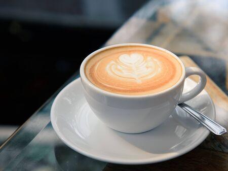 Kaffee Latte Art auf dem Tisch