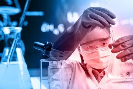 Cientista com equipamentos e ciência experimentos, Louça de laboratório contendo líquido químico, pesquisa científica