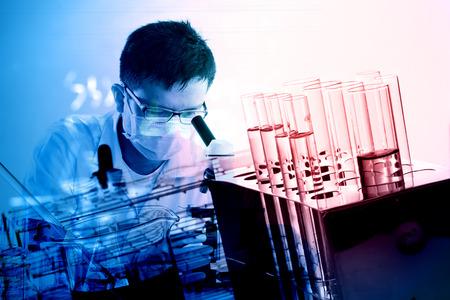 investigación: cient�fico con el equipo y la ciencia experimentos, cristaler�a de laboratorio que contiene l�quido qu�mico, investigaci�n en ciencias Foto de archivo