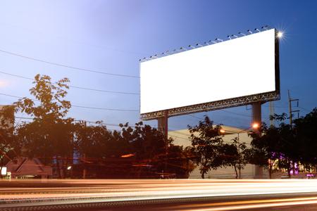 Outdoor em branco para a propaganda com a linha de iluminação no crepúsculo