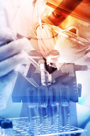 laboratorio: científico cayendo líquido químico en el matraz con fondo de vidrio de laboratorio, el concepto de investigación de laboratorio; estilo de la doble exposición