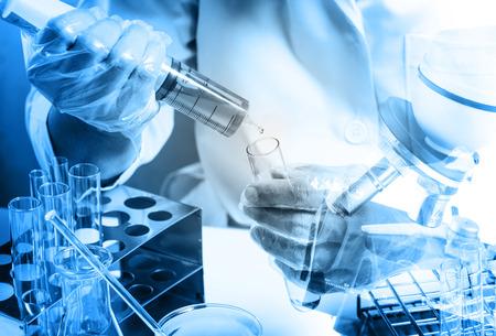 Fiole conique en main de scientifique avec fond de verrerie de laboratoire, concept de recherche de laboratoire Banque d'images - 45091821