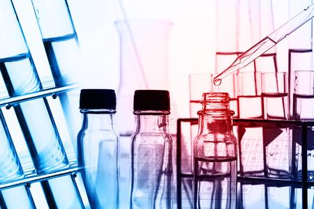cientista com equipamentos e experimentos científicos