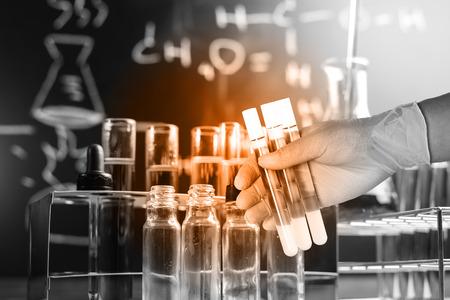 Flask in Wissenschaftler Hand mit Laborgeräte Hintergrund Standard-Bild - 45103746