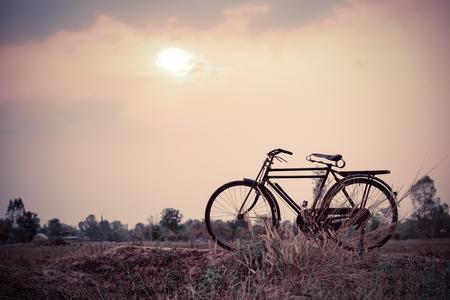 imagen: hermosa imagen del paisaje con la bicicleta al atardecer; estilo tono del color de la vendimia Foto de archivo