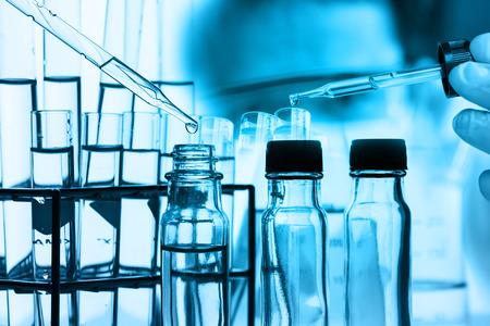 biotecnologia: científico con equipos y experimentos de ciencias