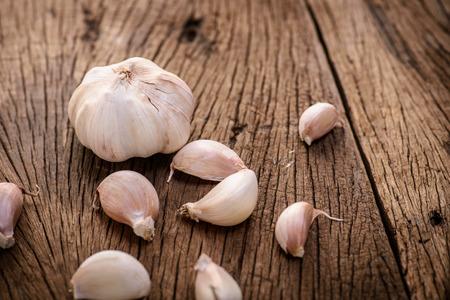garlic: ajo en el fondo de madera