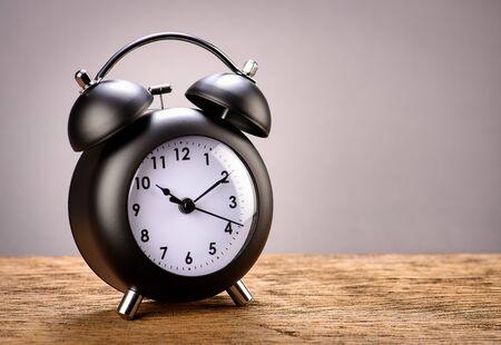 antique clock: Reloj despertador negro retro con fondo gris Foto de archivo