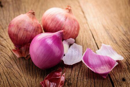 onion: cebollas rojas sobre un fondo de madera Foto de archivo