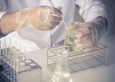Wetenschapper experimenteren met gele chemicaliën Stockfoto - 45134417