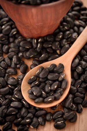 vigna: Vigna mungo or black beans in wooden spoon