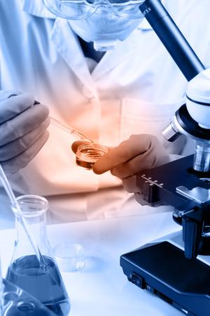 investigando: Frasco cónico en el científico mano con el fondo de la cristalería de laboratorio, el concepto de investigación de laboratorio