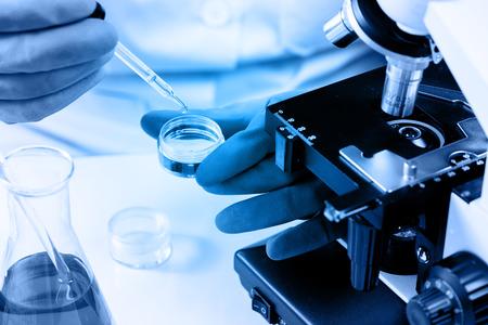 ラボ ガラス背景、研究室研究コンセプトを持つ科学者の手で三角フラスコ