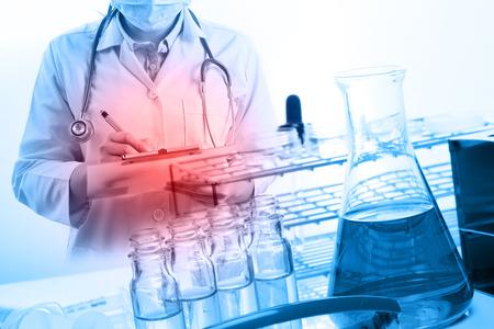 experimento: científico redacción de informes con equipos y experimentos de ciencias