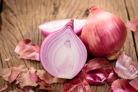 red onions on a wooden background Stockfoto
