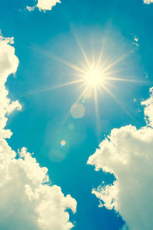 słońce: Silne słońce i niebo, styl vintage tone