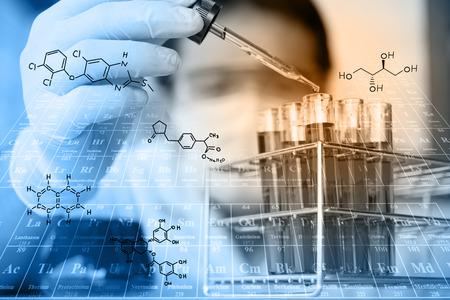 Forscher testet, Reagens Reagenzglas in Labor mit chemischen Gleichungen und Periodensystem fallen background.Man Schutzbrille trägt