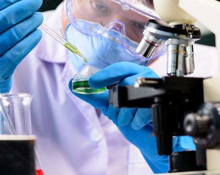 Frasco cónico en el científico mano con el fondo de la cristalería de laboratorio, el concepto de investigación de laboratorio Foto de archivo
