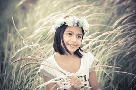 mignonne petite fille: Belle fille asiatique tenant des fleurs de verre dans une ferme, le style de ton cru