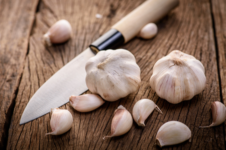 garlic on wood background Imagens - 50211963