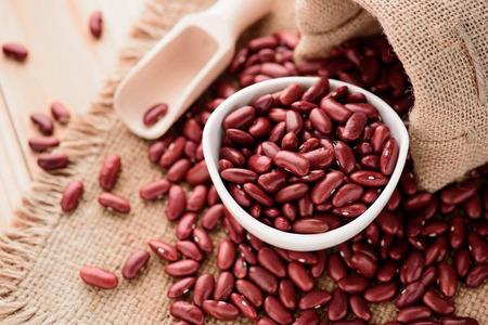 赤い腎臓豆や小豆白セラミック ボウル 写真素材