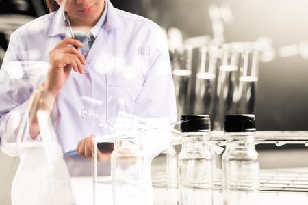 wetenschapper schrijven rapport met apparatuur en wetenschappelijke experimenten, wetenschappelijk onderzoek Stockfoto