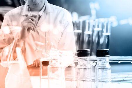 investigación: cient�fico informe con los equipos y experimentos cient�ficos escritura, la investigaci�n en ciencias