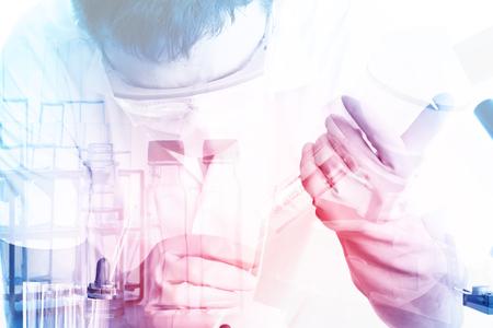investigando: Científico mano con el fondo de cristalería de laboratorio, investigación concepto de laboratorio