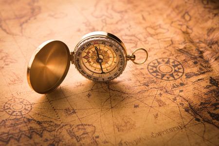 Compasso no mapa velho do estilo do vintage