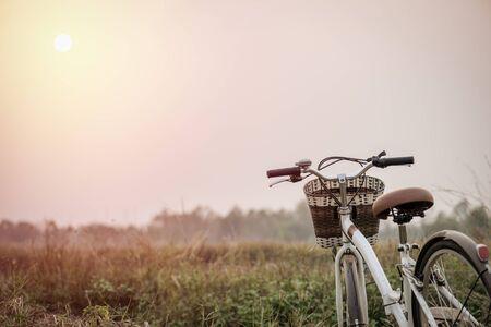 urban colors: bella imagen del paisaje con la bicicleta de la vendimia al atardecer