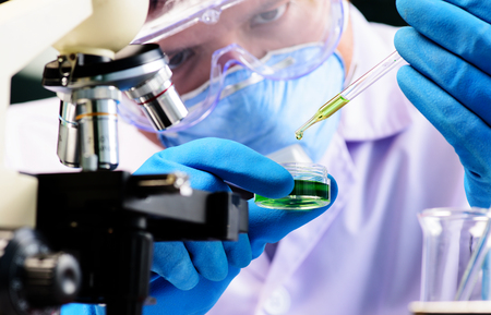 Erlenmeyerkolben in Wissenschaftler Hand mit Laborglaswaren Hintergrund, Labor Forschungskonzept