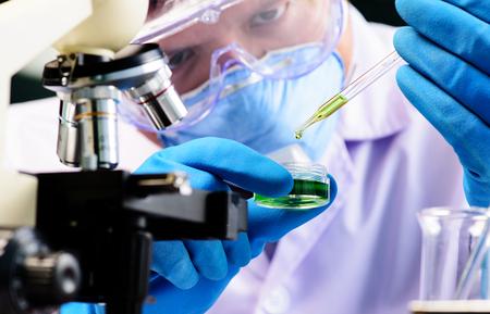 Fiole conique dans le scientifique main avec verrerie de laboratoire fond, concept de laboratoire de recherche