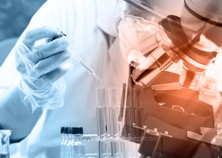 científico cayendo líquido químico al matraz con cristalería de laboratorio y microscopio, concepto de investigación de laboratorio; estilo de doble exposición