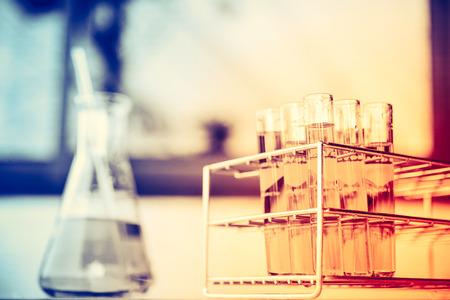 Chimica delle provette di vetro da laboratorio con liquido. Effetto messa a fuoco selettiva