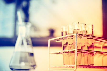 probeta: Tubos de ensayo químico de laboratorio de cristal con líquido. Efecto de enfoque selectivo