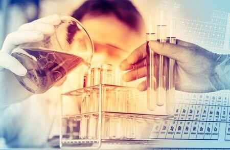 Wissenschaftler mit Ausrüstung und wissenschaftliche Experimente, Laborgeräte aus Glas mit chemischen Flüssigkeit, Forschung Wissenschaft