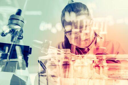 material de vidrio: Laboratory glassware containing chemical liquid, science research