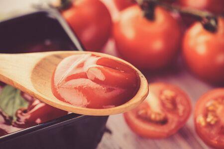 salsa de tomate: salsa de tomate en la cuchara de madera