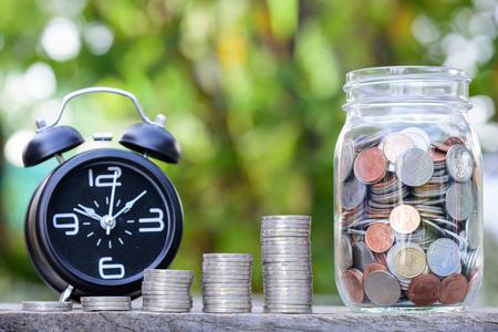 Sluit omhoog van het stapelen van muntstukken met groene bokehachtergrond, Bedrijfsfinanciën en het Geldconcept, sparen geld voor in de toekomst voor te bereiden Stockfoto - 85348283