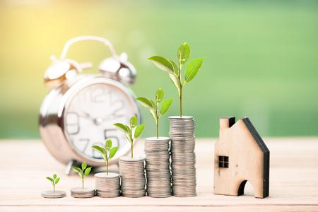 Conomiser de l'argent pour l'immobilier avec l'achat d'une nouvelle maison et un prêt pour préparer le futur concept. Banque d'images - 102336888
